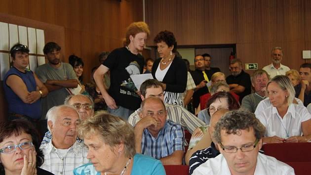 Obyvatelé Vsetína přišli v úterý odpoledne do jednací síně městského úřadu, aby vyzvali zastupitele k dobrovolné rezignaci.