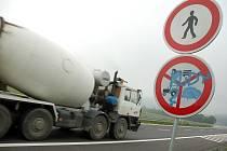 Na nově otevřenou část rychlostní silnice od Semetína po Jablůnku nesmějí vjíždět cyklisté, traktory ani povozy.