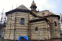 Oprava dřevěného kostela Panny Marie Sněžné postaveného ve Velkých Karlovicích v roce 1754.