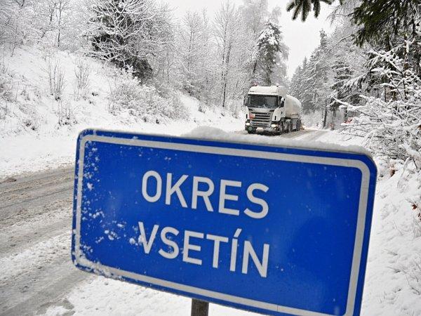 Sněžení zkomplikovalo přejezd Syrákova uLiptálu na Vsetínsku.
