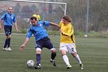 Fotbalisté Valašského Meziříčí B (žluté dresy) doma prohráli s Podlesím 3:4 po penaltách.