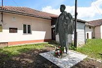Vsetínští komunisté odhalili na Horním městě ve Vsetíně sochu Julia Fučíka. Snímek z 19. května 2021.