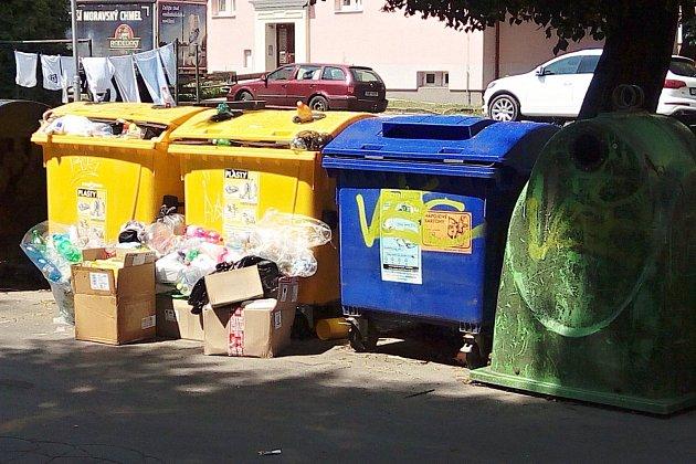 Ve Vsetíně kontejnery na tříděný odpad na mnoha místech přetékají. Lidé odkládají plasty, ale i velkoobjemový odpad kolem popelnic - sídliště Trávníky.