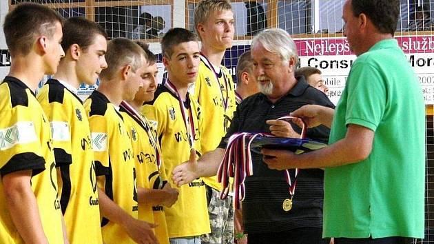 Mládežníci Zubří opět po třech letech slaví titul. Takto přebírali mladší dorostenci zlaté medaile v roce 2011.