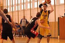 Basketbalisté Meziříčí tentokrát z palubovek soupeřů přijeli s prázdnou. Lukáš Bezděk (s míčem) přispěl celkem dvaceti body, ale na body to ani jednou nestačilo.