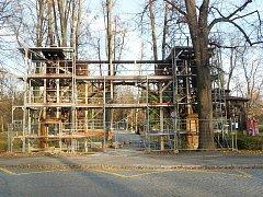 V Rožnově opravují bránu do parku.