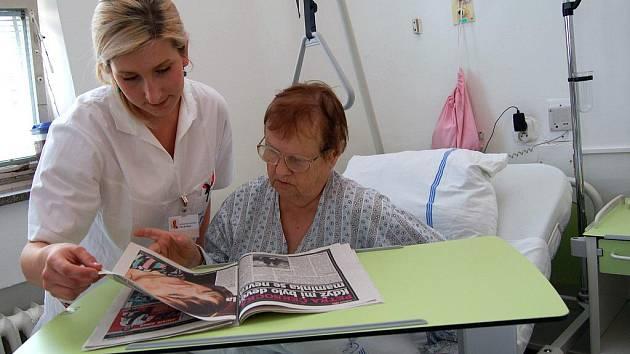 Interní oddělení nemocnice ve Vsetíně získalo moderní šestačtyřicet polohovatelných lůžek včetně multifunkčních stolků, vše téměř za 1,4 milionu korun