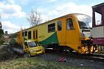 Dvacetiletý řidič osobního vozu Honda nedbal ve čtvrtek 4. dubna 2019 odpoledne výstražného zařízení a vjel pod vlak na přejezdu v Huslenkách. Vyvázl s lehkým zraněním.