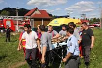 Záchrana malého chlapce po pádu do jímky v obci Huslenky.