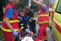 Jedna těžce zraněná osoba a další tři lehce zranění lidé. To je bilance čelní srážky ze středečního podvečera u Valašských Příkaz. Nehodu obestírá také jedna velká neznámá. Kdo jedno z havarovaných vozidel řídil.