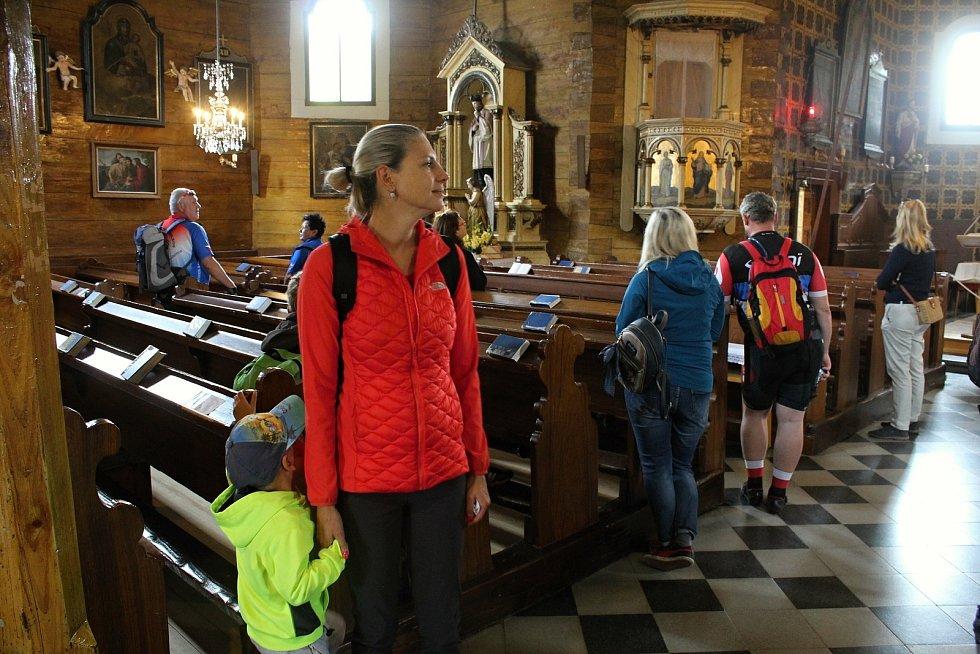 Velké Karlovice se těší velké oblibě turistů. Výjimkou nebyl ani poslední prázdninový týden roku 2020. Oblíbeným cílem je kostel Panny Marie Sněžné, který nabízí komentované prohlídky.