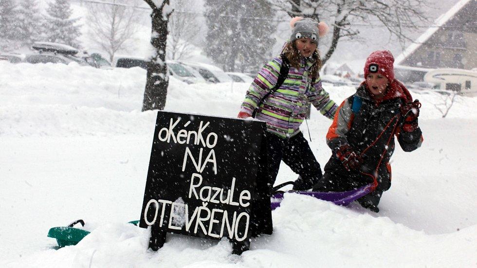 Zasněžené Velké Karlovice v lednu 2020. Razula.