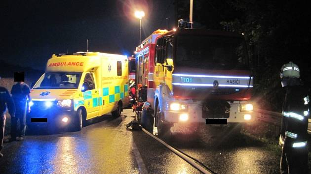 Těžká dopravní nehoda dvou vozů s následným požárem