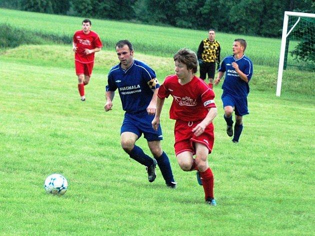 V dohrávaném zápase mezi Lhotkou nad Bečvou a Liptálem patřili k nejlepším hráčům oba kapitáni. Hostující Urban (vlevo) zápas nedohrál, domácí Rosenkranc vstřelil třetí branku svého týmu.