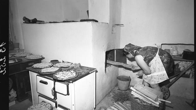 Pečení frgálů, snad nejznámějšího valašského pokrmu, v peci. I ty se však nevyhnuly náhražkám – v letech nedostatku místo jabčáků či hruščáků musel přijít k chuti zelňák