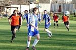 V utkání vsetínského okresního přeboru zvítězila domácí Jablůnka (modré dresy) nad Francovou Lhotou 2:1.