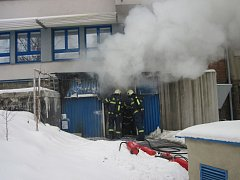 Požár ve vnitřní části ocelového přístavku pro ukládání komunálního odpadu v areálu nemocnice ve Valašském Meziříčí.