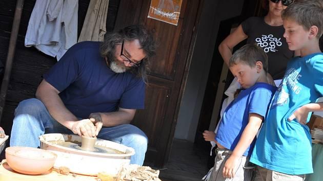 Řemeslníci si dávají v Karlovském muzeu dostaveníčko pravidelně.