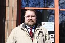 Bývalý starosta Karolinky Tomáš Hořelica před budovou Okresního soudu ve Vsetíně.