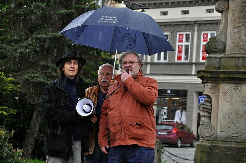 Na náměstí ve Valašském Meziříčí se v neděli 23. května 2021 uskutečnila další demonstrace ze řeku Bečvu bez jedů. Na náměstí ve Valašském Meziříčí se v neděli 23. května 2021 uskutečnila další demonstrace ze řeku Bečvu bez jedů. Na snímku zleva Jan Husák