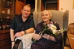 Růžena Malinová se v neděli 17. května dožila 103 let. Narodila se v roce 1917 a je nejstarší obyvatelkou Valašského Meziříčí. Na snímku s vnukem Ondřejem.