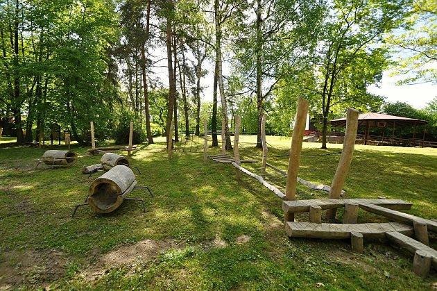 Kbraneckému zámku přiléhá rozlehlý a pravidelně udržovaný zámecký park. Jeho součástí je ivenkovní amfiteátr, rybník a od roku 2020inové dětské hřiště.