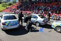 Děti obdivovaly práci policistů. Úspěch sklidila akční ukázka zásahu při dopadení pachatele i ukázka výcviku služebních koní.