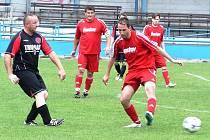 Fotbalisté Vsetína B (červené dresy) doma prohráli s Krhovou 1:2.