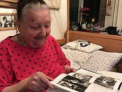 Zpěvačka Jarmila Šuláková se do knihy obsahující její životní příběh s chutí začetla.
