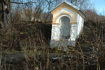 Mezi Vsetínem a Ústím u Vsetína stojí u silnice nenápadná udržovaná kaplička. Některé historické dokumenty uvádějí, že voda, která vedle ní ze země vyvěrá, má léčivé účinky.