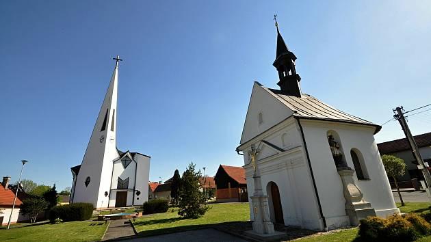 Kaple Panny Marie v Kladerubech se sochou sv. Jana Nepomuckého z roku 1843 (vpravo) a kostel sv. Cyrila a Metoděje.