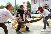 Na soutěž Prlovský drvař se v sobotu 11. května sjelo 32 soutěžících a stovky návštěvníků. Blanka Kostovská a Lenka Mazurová při soutěži v řezání hrbaňú.