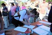 Celkem 2 101 zpěváků a zpěvaček se ve čtvrtek 1. června dopoledne na Masarykově náměstí zapojilo do zpěvu písně Rožnovské hodiny.