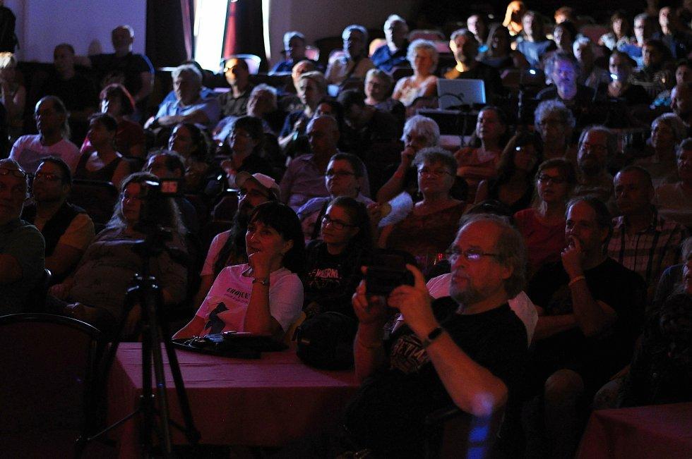 Diváci sledují koncert kapely Professor Band se zpěvačkou Marthou Elefteriadu ve velkém sále Kulturního zařízení Valašské Meziříčí na 39. ročníku folk-blues-beat festivalu Valašský špalíček; sobota 26. června 2021