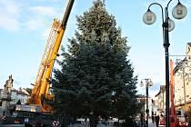Převoz vánočního stromu z rožnovské místní části Hážovice na Masarykovo náměstí v Rožnově pod Radhoštěm, pondělí 23. listopadu 2015