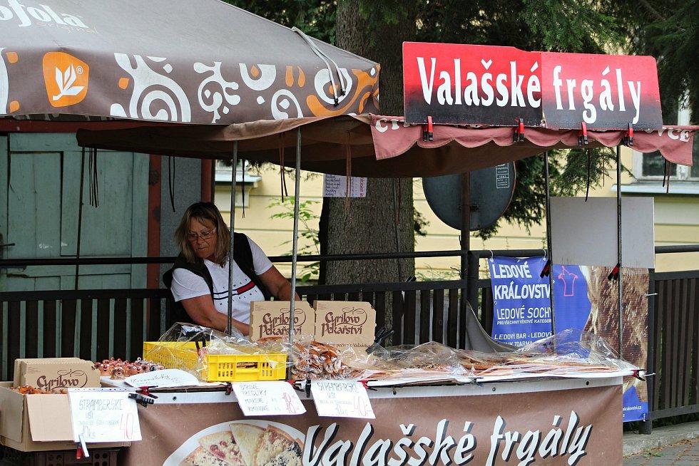 Velké Karlovice se těší velké oblibě turistů. Výjimkou nebyl ani poslední prázdninový týden roku 2020. Návštěvníky lákají krajová jídla.