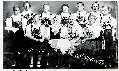 KROUŽEK ŠÍTÍ (1928).Zleva stojící Mikulenková, Mičkalová Růžena, Křesalová, neznámá z Rožnova, Bambuchová Rozálie, Pavelková, Zemanová Marie, sedící Garšicová, Svaková Františka, Bradáčová (Rožnov), Fabiánová Františka