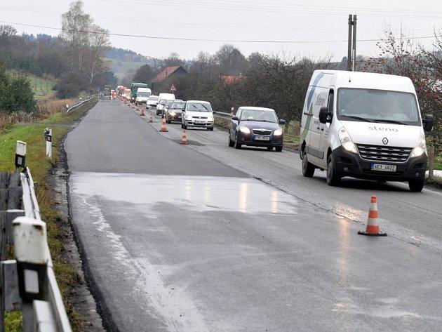 Kolona vozů na opravovaném úseku silnici mezi Vsetínem a Liptálem, středa 30. října 2013