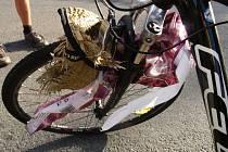 Igelitová taška zamotaná do špic způsobila nehodu cyklisty.