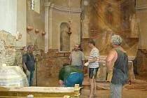 Na opravách kostela se podílejí sami věřící.