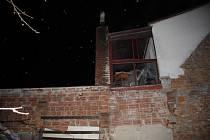 Noční požár střechy přístřešku rodinného domu na ulici Lázky ve Vsetíně.