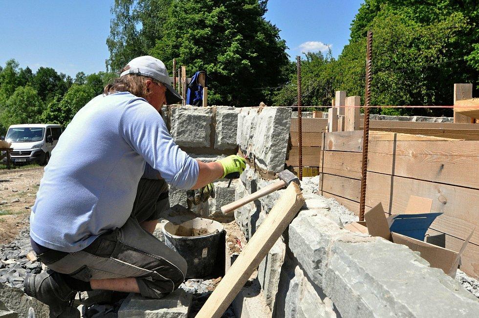 Ve Valašském muzeu v přírodě v Rožnově pod Radhoštěm budují nový areál zaměřený s názvem Kolibiska (na snímku řemeslníci pracují na stavbě hájenky z Valašské Bystřice); červen 2021