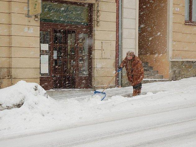 Husté sněžení komplikuje dopravu.