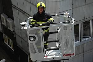 Profesionální hasiči nacvičují ve čtvrtek 6. června 2019 evakuaci úředníků z pátého patra budovy městského úřadu v Zašovské ulici ve Valašském Meziříčí.