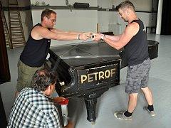 Pracovníci firmy Petrof a pracovníci Domu kultury Vsetín připravují a nakládají k odvozu mistrovský klavír Petrof, který míří k renovaci; čtvrtek 10. května 2018