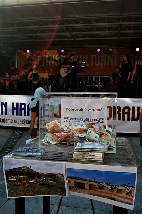 Vsetínská kapela Noca koncertuje v pátek 23. července 2021 na benefičním festivalu Vsetín hraje Jižní Moravě na Dolním náměstí ve Vsetíně. V popředí sbírková pokladna.
