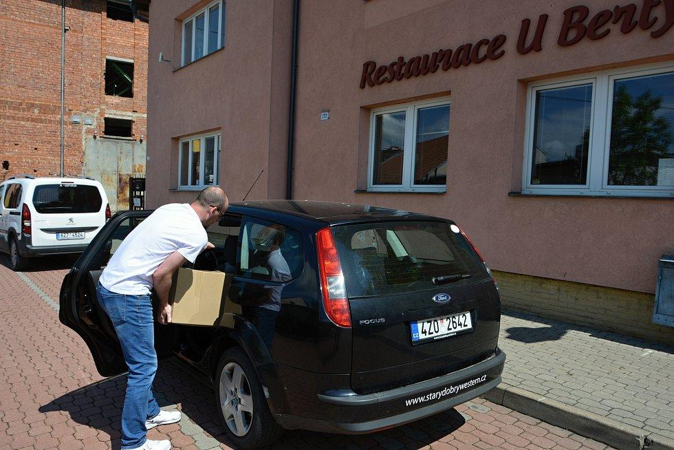 Poslední květnový den 2021 si zdravotníci ve vsetínském očkovacím centru pochutnali na obědě, který pro ně zdarma uvařil provozní vsetínské restaurace. Syn provozního Michal Šťastný nakládá 25 porcí.