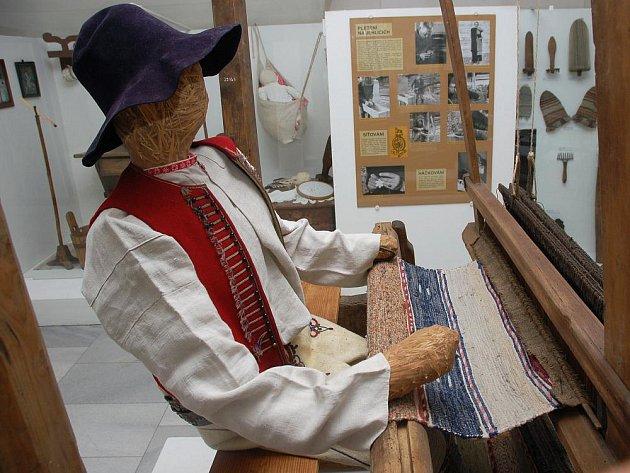 Muzeum regionu Valašsko nabízí výstavu zabývající se historií výroby textilií na Valašskku s názvem Toč se kolovrátku