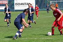 V nedělním dopoledni se hrál na vsetínské Tyršovce zápas okresního přeboru Vsetín B – Halenkov. Hosté (tmavší dresy) vedli po poločase 0:1, ale nakonec padli po výsledku 3:1.
