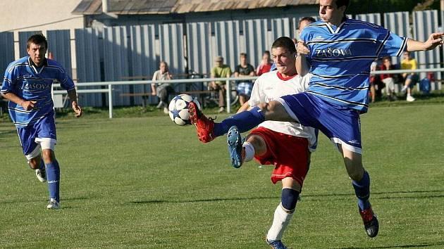 Utkání 1. B třídy Zašová (modré dresy) – Nedašov skončilo dělbou bodů (1:1).